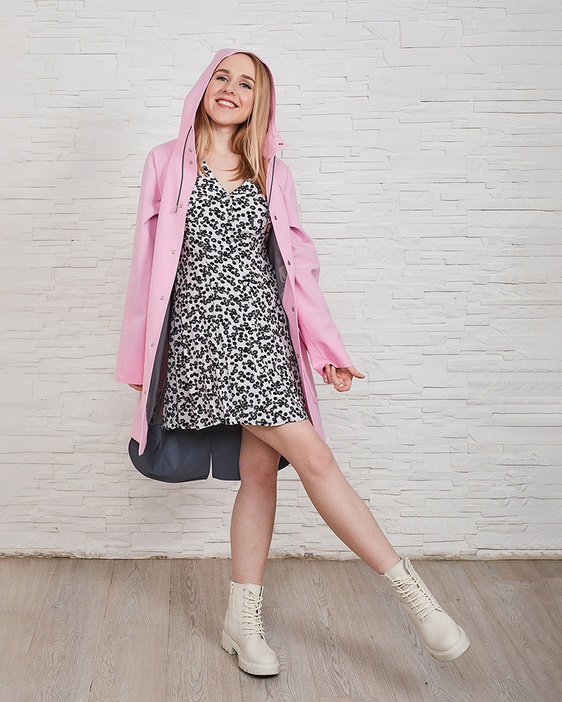 Spring outfit idea with a black and white summery dress and a pink raincoat